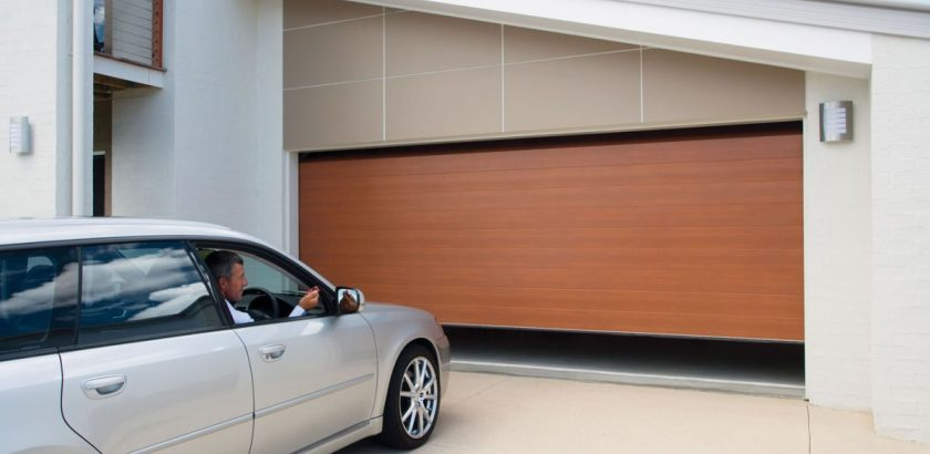 Une porte de garage télécommandée